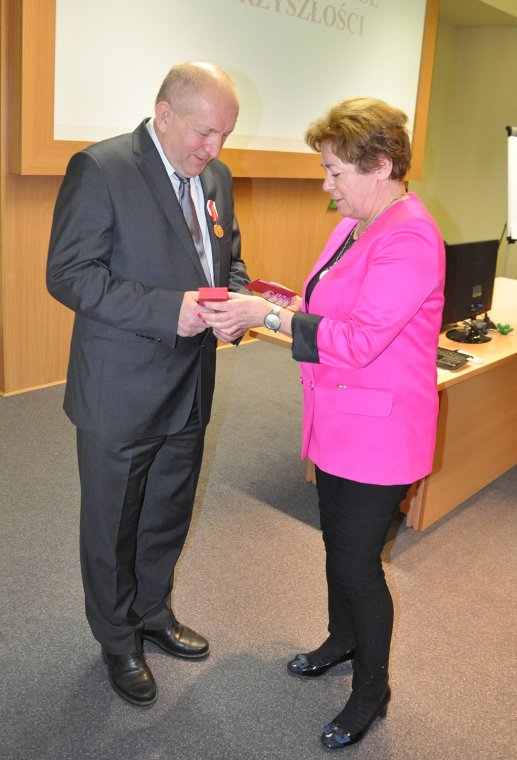 Ryszard Florek odbiera medal KEN z rąk Grażyny Przasnyskiej