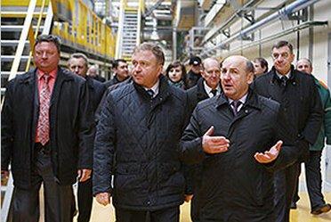 Premier Białorusi podczas wizyty w nowym zakładzie produkcji płyt MDF