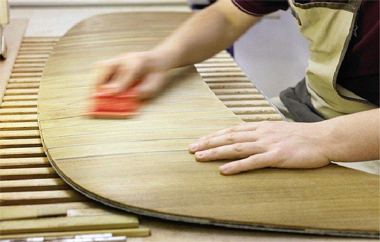 Wytwarzanie drewnianych elementów luksusowych aut wymaga od pracowników najwyższych umiejętności