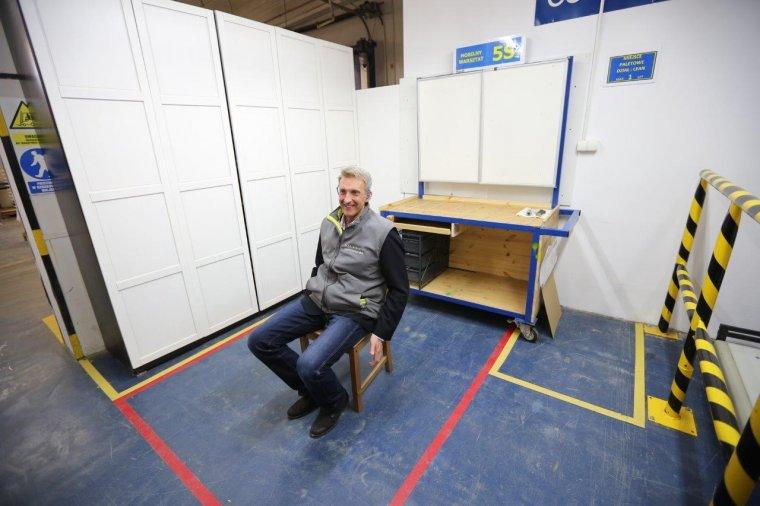 Adam Goliński, dyrektor fabryki w Konstantynowie na dwumilionowym krześle.