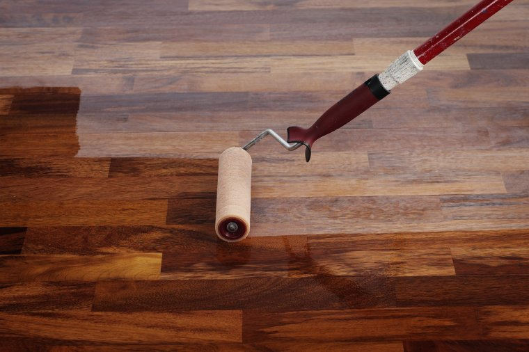 Czy można lakierować olejowaną podłogę?