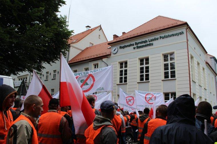 Protest firm leśnych przed RDLP w Szczecinku