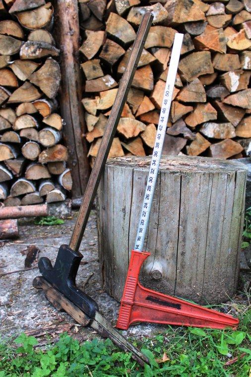 """""""Stare spotyka się z nowym"""" - drewniana klupa pochodząca czasów zaboru austriackiego w towarzystwie jednego z obecnie stosowanych w Lasach Państwowych modelu średnicomierza"""