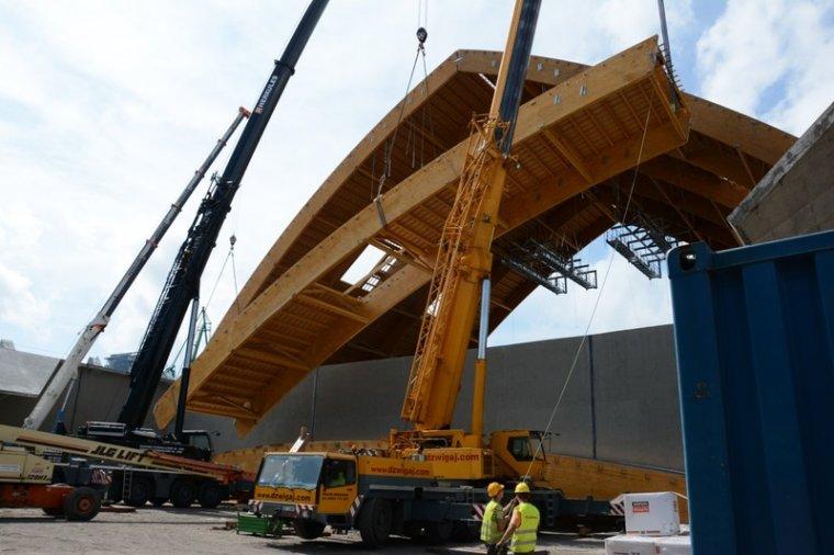 Budowa konstrukcji drewnianej magazynu śruty w Porcie Gdynia. Wyprodukowane przez FKD wiązary z drewna klejonego mają długość 40 m i wagę 10 ton. każdy. Do budowy magazynu wykorzystano ponad 2.000 m3 drewna.