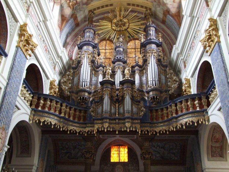 Organy Sanktuarium w Świętej Lipce - o bogato zdobionej szafie organowej z 1719r. słyną z figur aniołów z fanfarami i dzwoneczkami uruchamianych podczas gry