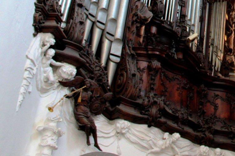 Organy Archikatedry w Gdańsku-Oliwie zachwycają imponującym rokokowym prospektem i ruchomymi figurami aniołów