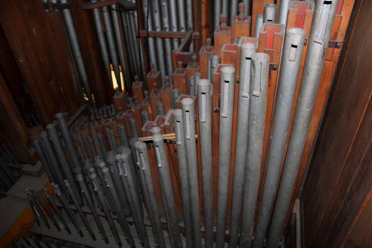 Wnętrze szafy organowej to… las piszczałek