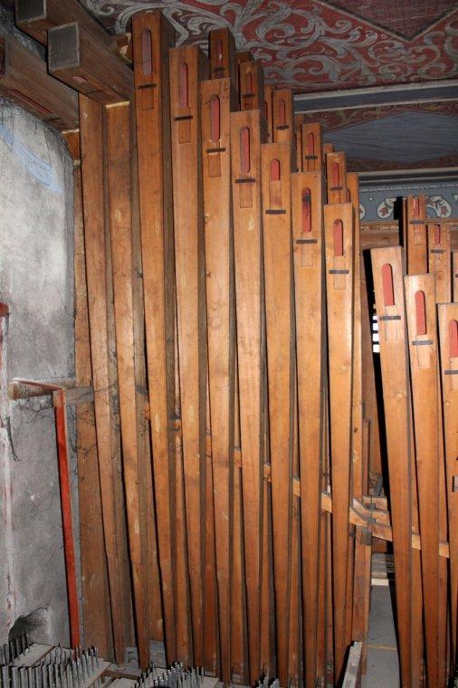 Piszczałki głosu Puzon - najwyższa z nich mierzy 16 stóp angielskich, czyli prawie 5 m wysokości. W instrumentach o ograniczonej przestrzeni, najwyższe piszczałki są kierowane (łamane, gięte)