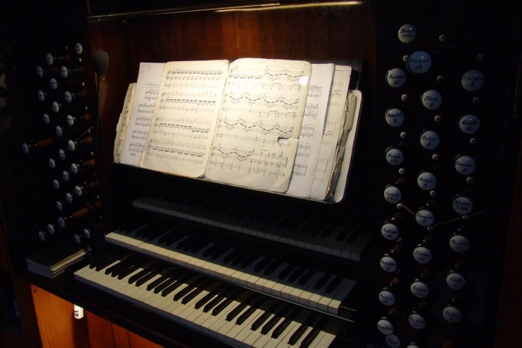 Stół gry organów z widocznymi manubriami - dźwigniami uruchamiającymi rejestry (głosy) organowe