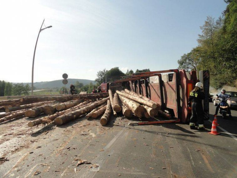 Nowy Sącz: Wypadek samochodu przewożącego surowiec drzewny