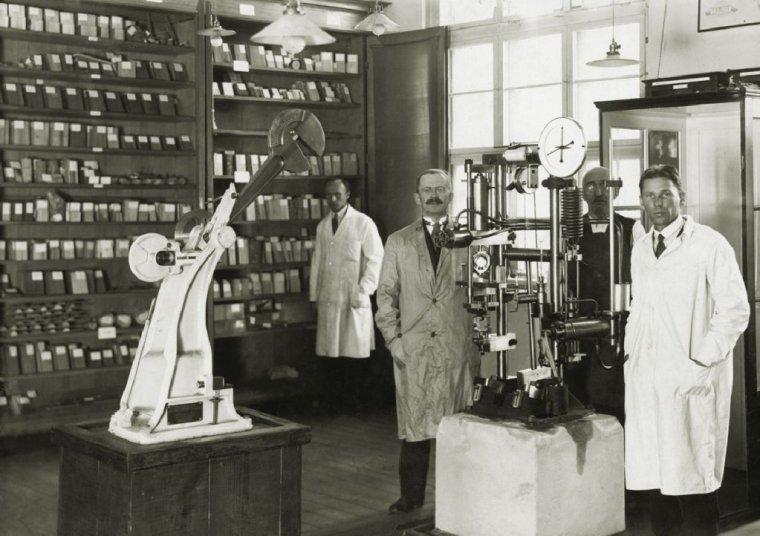 Profesor Julian Rafalski (w środku) na tle swojej ksyloteki (fotografia z lat 30. XX wieku)