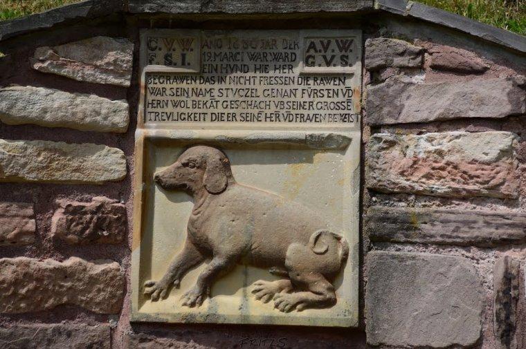 """""""Tu leży pies pogrzebany"""" – pomnik nagrobny psa przy zamku w Winterstein"""