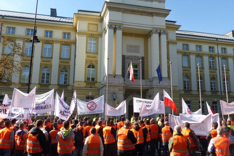 2. października przed kancelarią premiera protestowało prawie 3 tys. pracowników zakładów usług leśnych