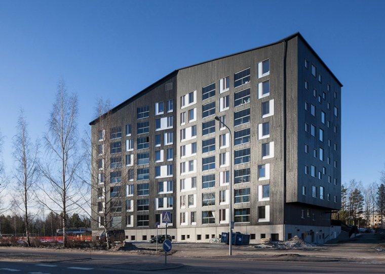 Frontową elewację budynku pomalowano kolorem typowym dla budynków w Finlandii