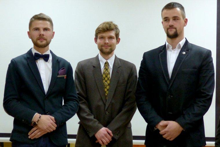 Laureaci stypendium od lewej: Bartłomiej Sijka, Mateusz Modrzejewski, Adam Milczarek