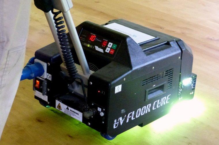 Zastoswoanie technologii utwardzania lakieru światłem UV radykalnie skraca proces wykańczania powierzchni podłogi