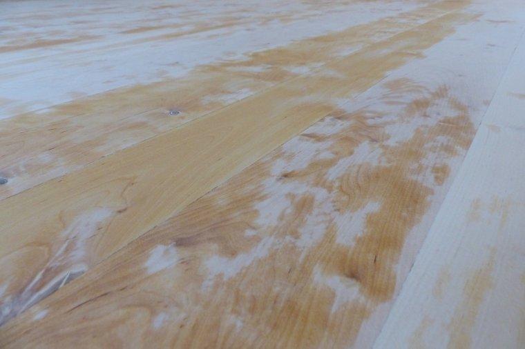 """W celu otwarcia porów drewna przed olejowaniem wykonano """"wodowanie"""""""