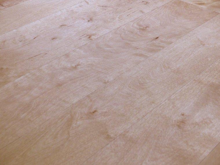 Olejowanie podłogi zmieniło jej barwę i podkreśliło rysunek drewna