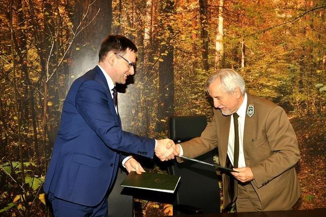 Prezes Agencji Restrukturyzacji i Modernizacji Rolnictwa Daniel Obajtek i Dyrektor Generalny Lasów Państwowych Konrad Tomaszewski.