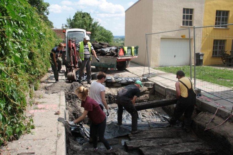 Archeolodzy badają średniowieczny drewniany trakt w Gniewie
