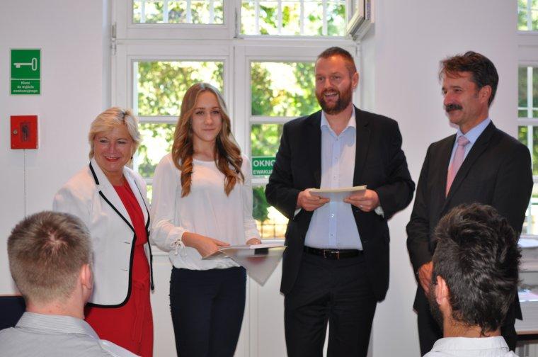 Przełamując stereotypy, na naukę w klasie o profilu stolarskim w Czarnej Wodzie zdecydowała się jedna dziewczyna: Agnieszka Borowiak. Na zdjęciu wraz z Cornelią Piepper, Steffenem Zimny oraz Michaelem Kern.