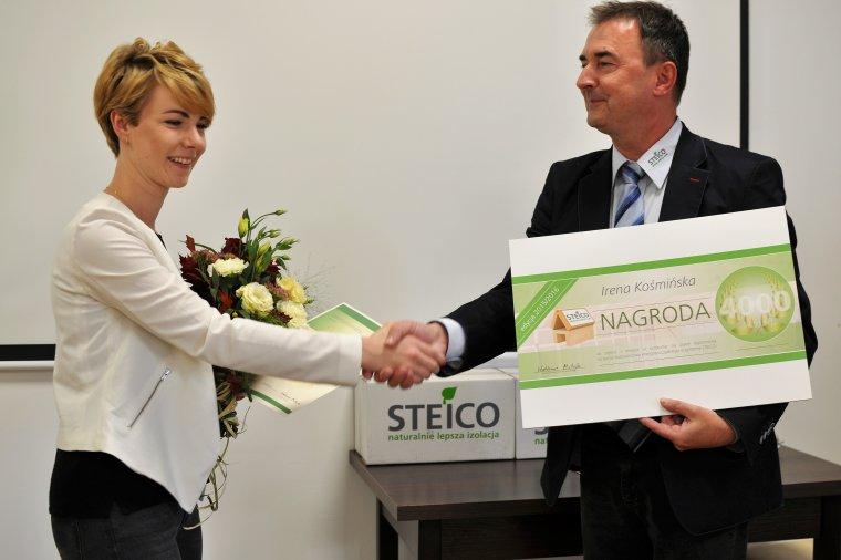 Irena Kośmińska, laureatka pierwszej nagrody i Waldemar Motyka, wiceprezes zarządu firmy STEICO CEE