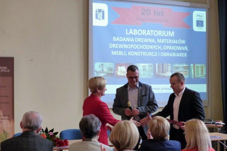 Dyrektor ITD dr Ewa Ratajczak odbiera gratulacje z okazji XX-lecia akredytowanej działalności Laboratorium