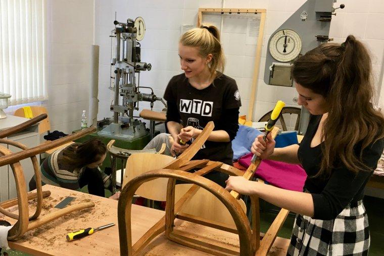 Ocalić od zapomnienia - warsztaty z renowacji starych, drewnianych krzeseł.