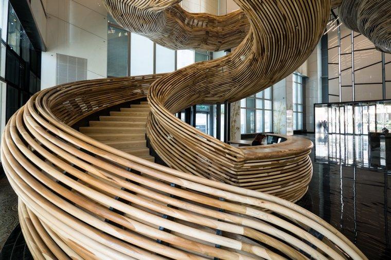 Drewniane schody w Amot Atrium Tower