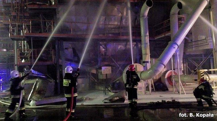 Strażacy podczas gaszenia pożaru w fabryce Swiss Krono w Żarach