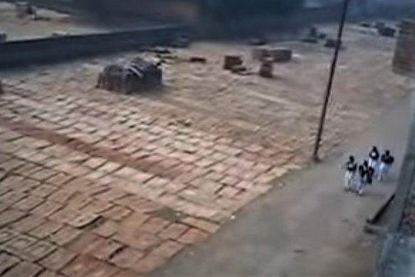 Proces suszenia fornirów na słońcu w jednym z indyjskich zakładów produkcji sklejki
