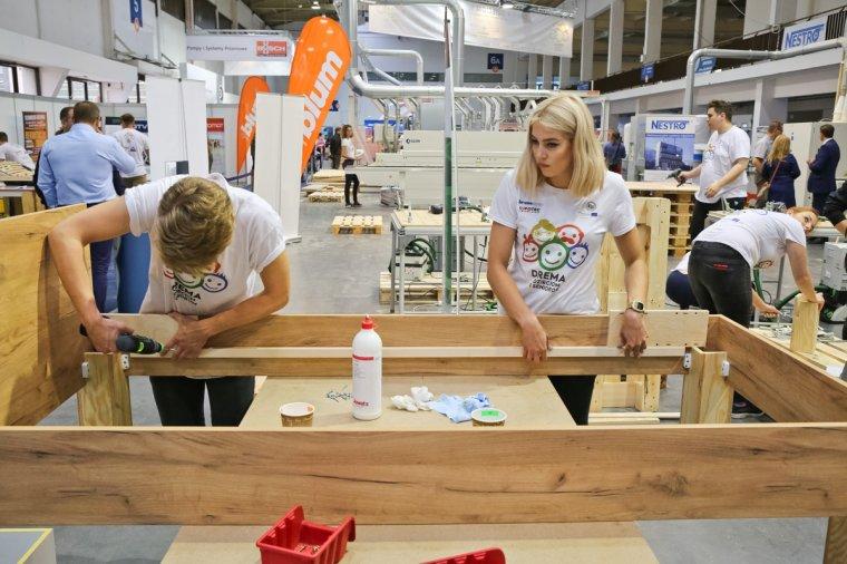 Międzynarodowa grupa studentów zaprojektowała i wyprodukowała meble dla dzieci i seniorów