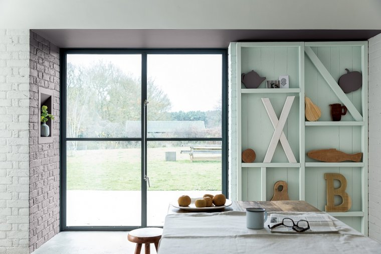 Połączenie jasnych mebli oraz jasnych kolorów ścian pozwoli nam na wypracowanie przestronnej, przytulnej aranżacji