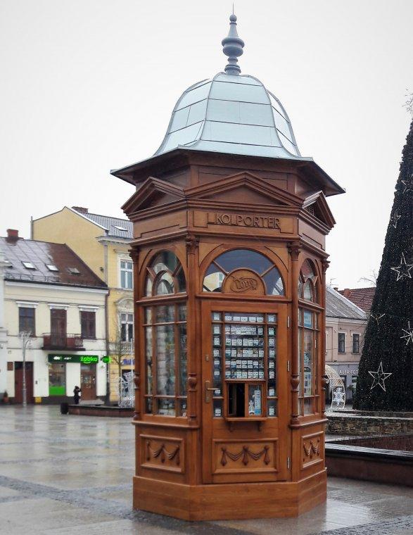 Replika secesyjnego kiosku z drewna stanęła na rynku w Kielcach