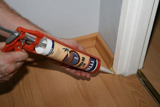 Uszczelnienie podłogi z paneli w okolicach ościeżnicy