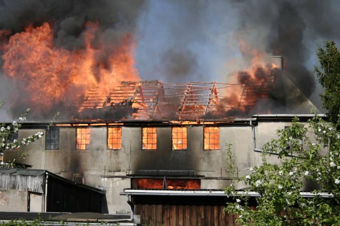 W zdarzeniu lekko ucierpiała jedna osoba. Ze wstępnych szacunków właściciela stolarni wynika, że straty wynoszą ok. 700 tys. zł
