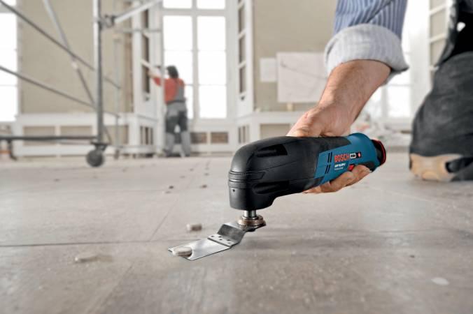 Skracanie wystających gwoździ przy użyciu wielofunkcyjnego narzędzia GOP firmy Bosch