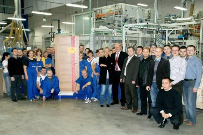 Załoga i Zarząd Classen-Pol S.A w towarzystwie milionowych drzwi marki Classen