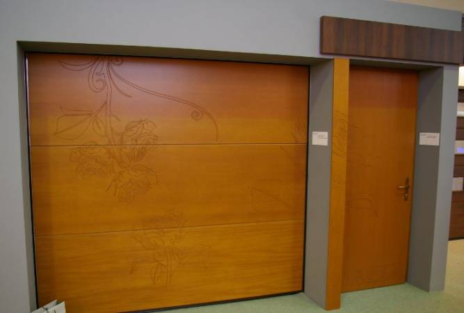Brama garażowa i drzwi wykonane przez Pozbud - prezentacja na targach Budma 2009