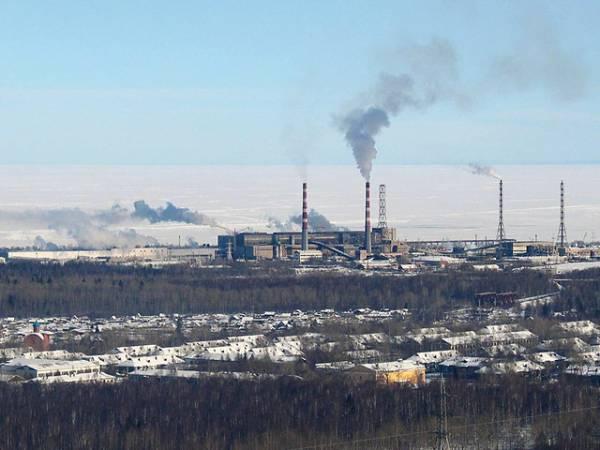 Bajkalski Kombinat Celulozowo-Papierniczy położony jest na brzegu Bajkału (na zdjęciu widać zamarznietą taflę jeziora)