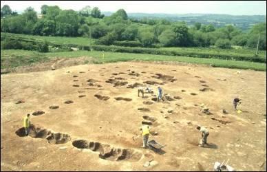 Archeolodzy przy pracy nad drewnianymi kręgami