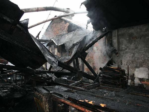 Zniszczona hala traków tartaku w Bieczu