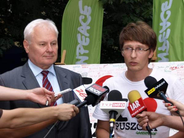 Minister Środowiska Andrzej Kraszewski i dyrektor Greenpeac w Polsce Robert Cyglicki