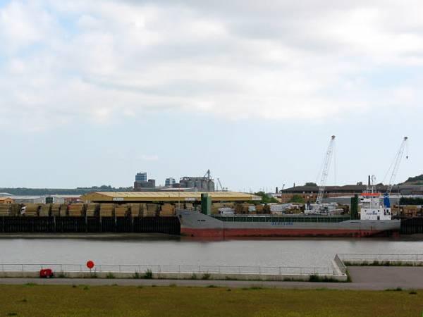 Rozładunek tarcicy ze statku w porcie Medway, w pobliżu Rochester, Wielka Brytania