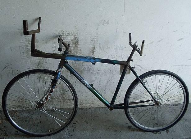 Odpowiednio przerobiony rower służył do cichego wywozu drewna z lasu.