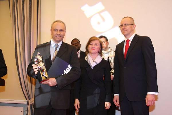 Janusz Komurkiewicz odbiera nagrodę dla Fakro