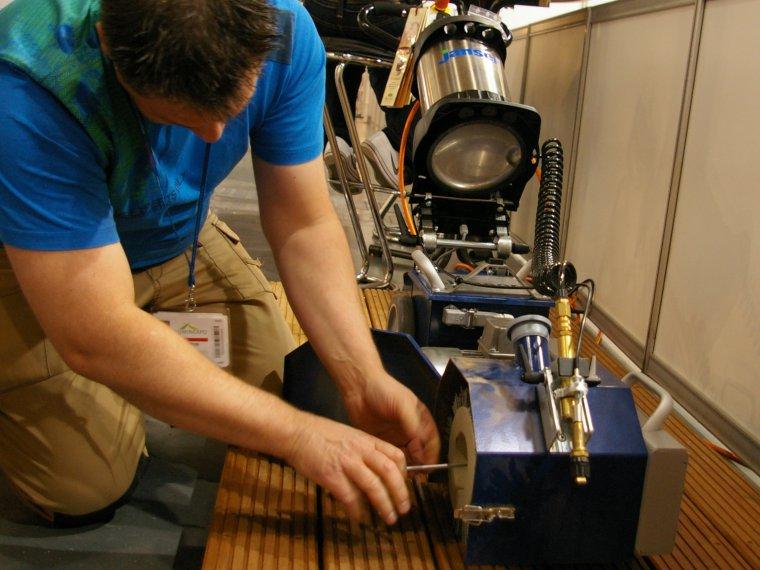Nowoczesny sprzęt i fachowe usługi parkieciarskie pomagają w utrzymaniu świeżego wyglądu drewnianego tarasu