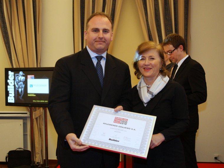 Nagrodę dla Grupy Pfleiderer odbiera Dyrektor ds. Rozwoju Andrzej Zientarski