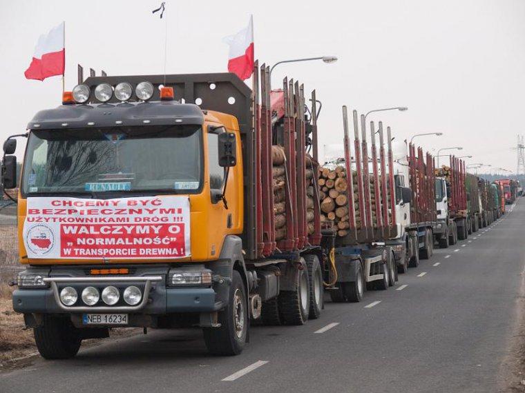 Protest przewoźników drewna na drogach dojazdowych do Mondi Świecie