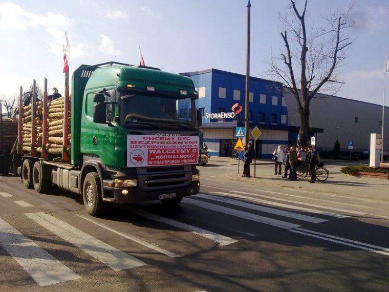 Protest firm transportowych przed zakładami StoraEnso w Ostrołęce